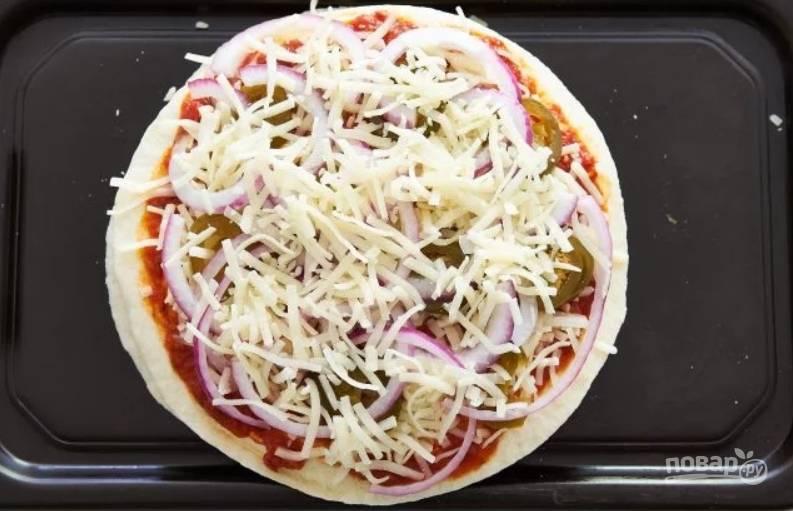 6.Добавьте слой лука и перца, посыпьте сыром.