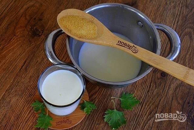 Желатин залейте холодным молоком и оставьте набухать на 15 минут. Соедините со сливками, поставьте на медленный огонь, доведите до кипения, снимите с огня.