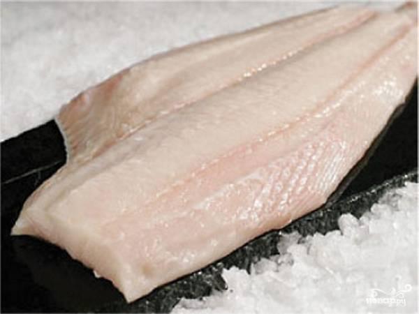 Свежее или размороженное филе палтуса хорошо промываем и режем на порционные кусочки.