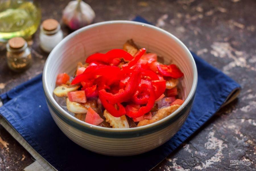 Следом добавьте сладкий перец, нарезанный полосками.