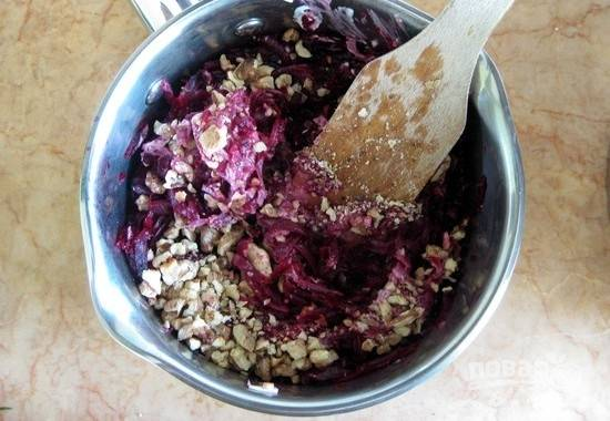 Смешайте все ингредиенты с майонезом. Немного орехов оставьте для украшения.