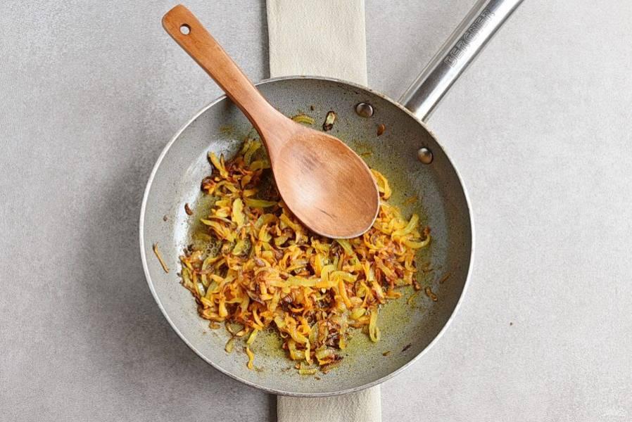 За это время позолотите в сковороде нашинкованный лук и натертую на крупной терке морковь.