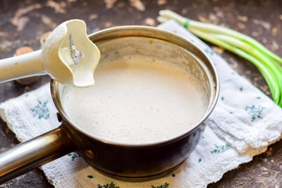 Измельчите суп при помощи погружного блендера, проварите минуту и подавайте к столу.