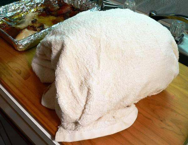 Готовое мясо оберните фольгой и полотенцем, оставьте отдыхать на часок.