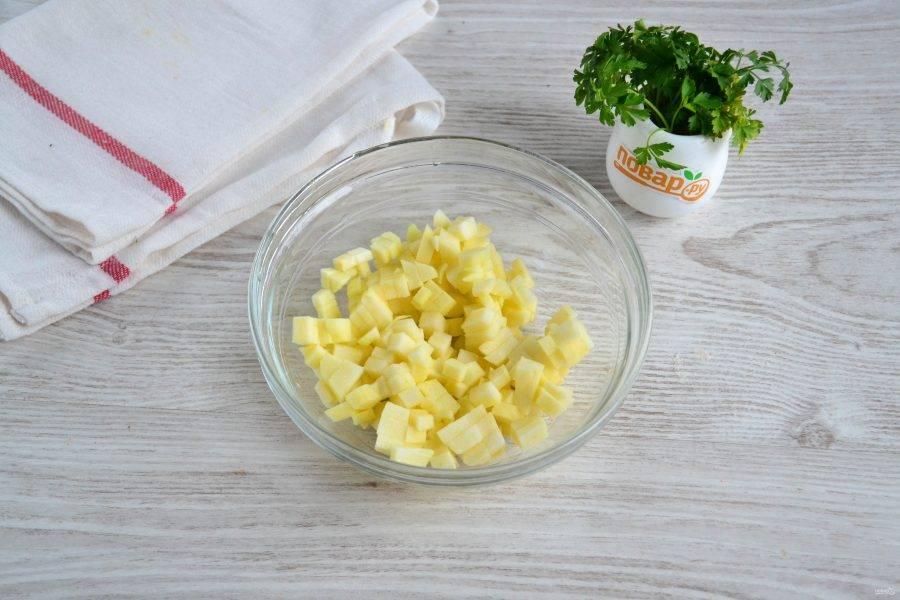 Яблоко очистите, удалите сердцевину. Нарежьте мелким кубиком. Мне нравится, когда нарезано очень мелко.
