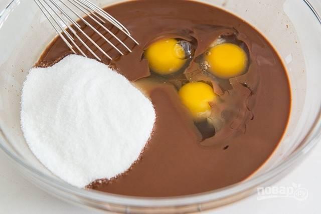 3. Затем шоколадно-масляную смесь взбейте с яйцами и сахаром в единую консистенцию.