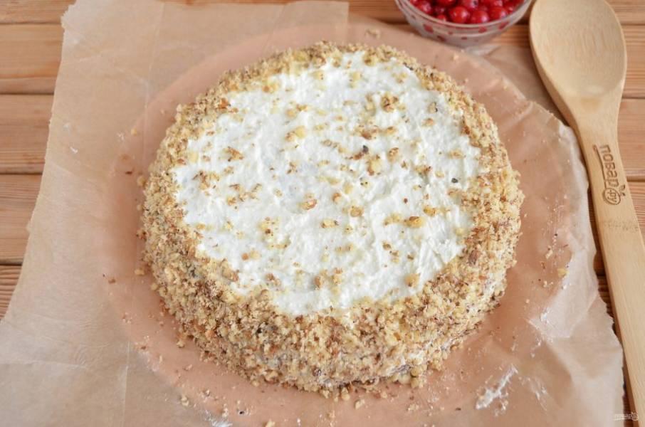 Накройте второй половинкой коржа, смажьте верх и бока кремом. Бока тортика и кайму обсыпьте орехами или тертым шоколадом, как нравится.