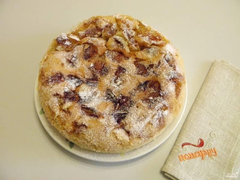 7. Готовый пирог остудите в форме. После чего переверните его на тарелочку или блюдо. Посыпьте сахарной пудрой. Приятного аппетита!