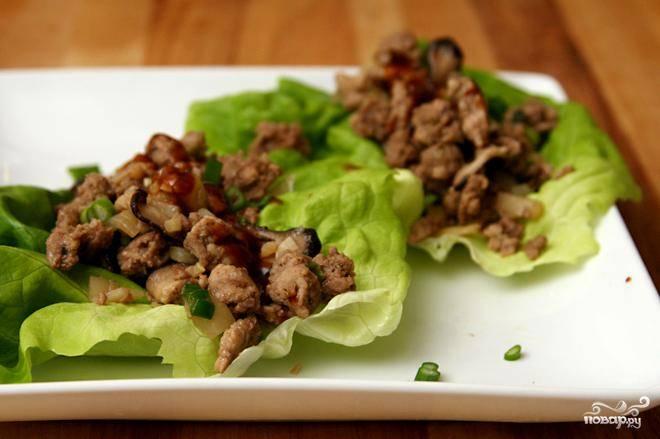 Мясо по-азиатски на листьях салата