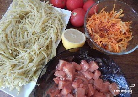 2. Рыбу замаринуйте в смеси из 1 ст. л. лимонного сока, соли и специй. Морковь и лук обжарьте на небольшом количестве растительного масла до мягкости. Переложите их в тарелку и оставьте остывать. В сковороду добавьте ст. ложку масла, измельченный чеснок и ложку ст. лимонного сока, обжаривайте в этой смеси картофель на большом огне 5 минут, постоянно помешивая. В конце жарки добавьте соль и специи по вкусу. Также оставьте остывать.