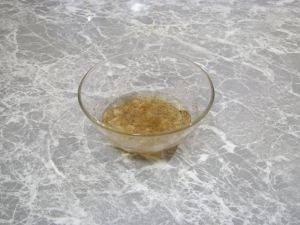 6. В отдельной мисочке смешаем масло, соль, перец и давленный чеснок.