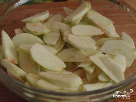 Яблоки очищаем от кожуры и сердцевины, нарезаем тонкими ломтиками.