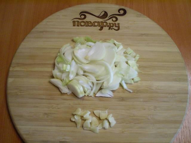2. Порежьте лук и чеснок не слишком мелко.