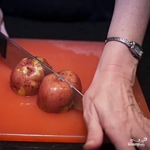 1. Картошку промойте жесткой щеткой. Чистить не надо. Нарежьте четвертинками.