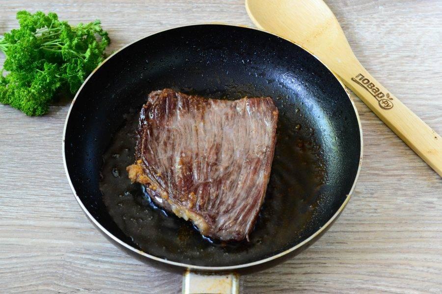 Готовьте мясо по своим вкусовым предпочтениям – если вы любите с кровью, то снимите с огня пораньше. Я люблю хорошо прожаренное мясо, поэтому готовлю около 10 минут.