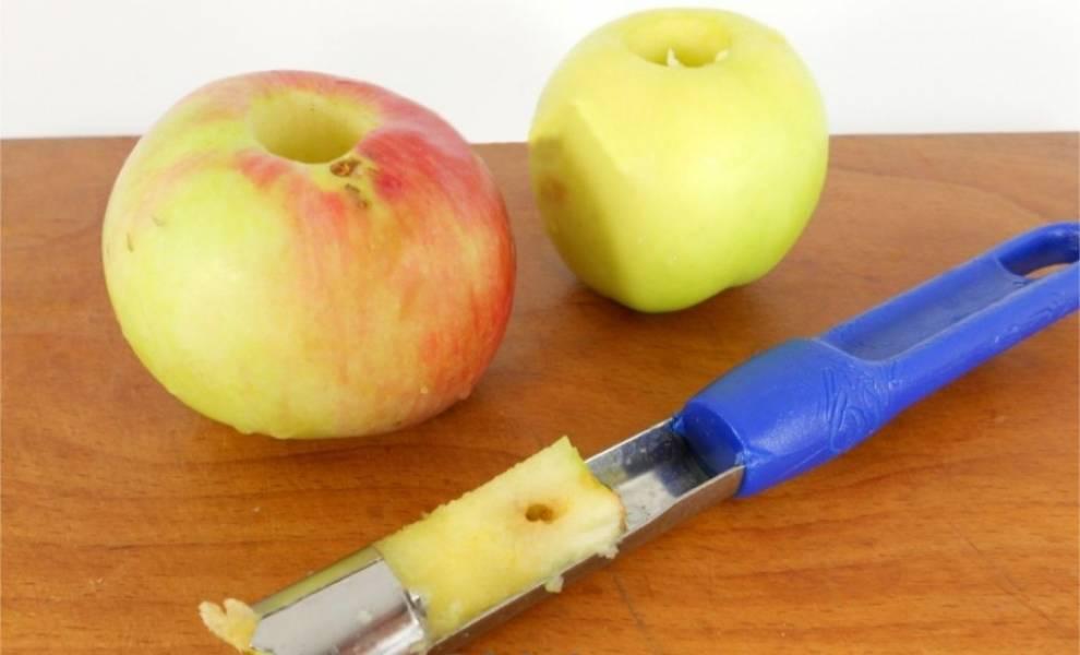 2. У яблок удалите сердцевину и нарежьте их кольцами.