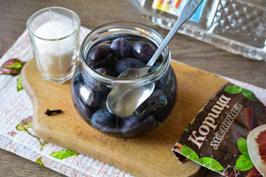 Залейте сливы кипятком и оставьте под крышкой на 15-20 минут, чтобы выделился сок.