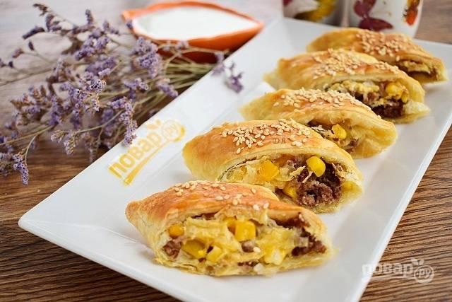 Быстрые пирожки с фаршем, сыром и кукурузой