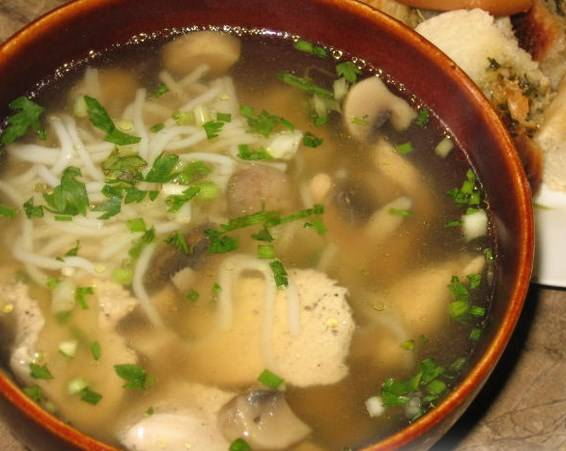 Доведите еще раз до кипения. Готовый китайский суп с курицей подаем с зеленью. Приятного аппетита!