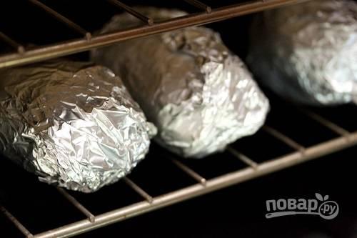 4. И отправьте запекаться до мягкости. Готовность можно проверить, аккуратно проткнув зубочисткой, например. Если картофель мягкий, то все готово.