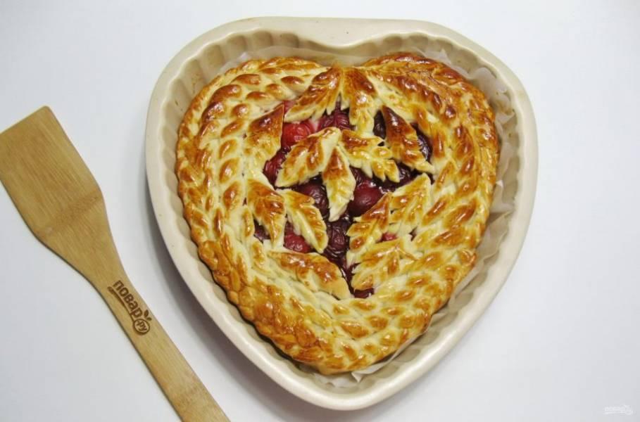 Выпекайте пирог в духовке при температуре 180 градусов 35-40 минут.