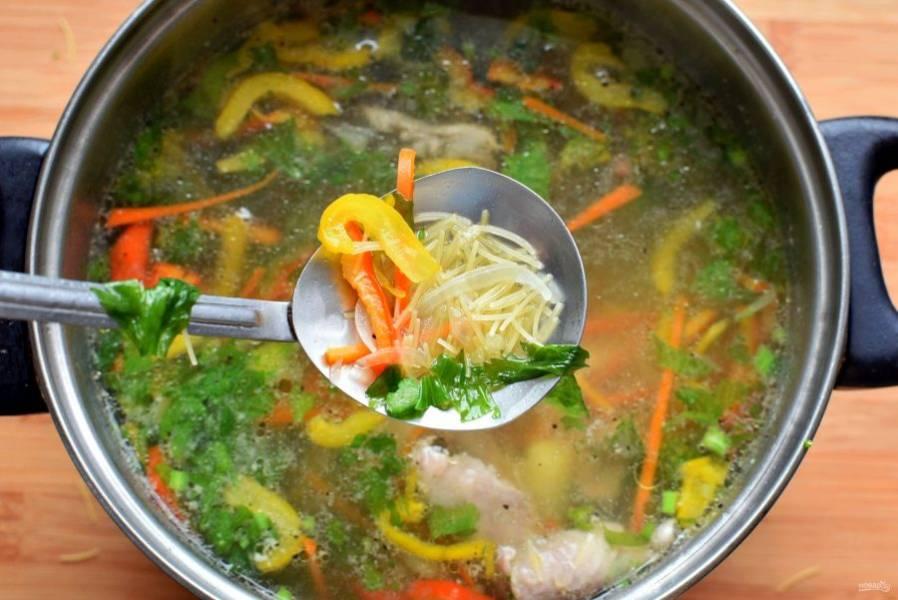 Доведите суп до кипения и опустите вермишель.  Поперчите по вкусу и хорошо перемешайте. Дайте еще раз закипеть и отключите нагрев. Мелкая вермишель дойдет под крышкой – просто дайте супу настояться минут 5-7.