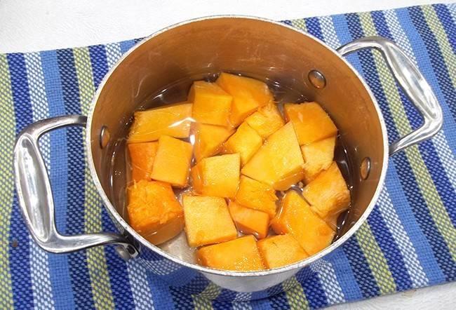 Тыкву очистите и помойте. Нарежьте её небольшими кусочками. Залейте их водой и варите после закипания около 15 минут.