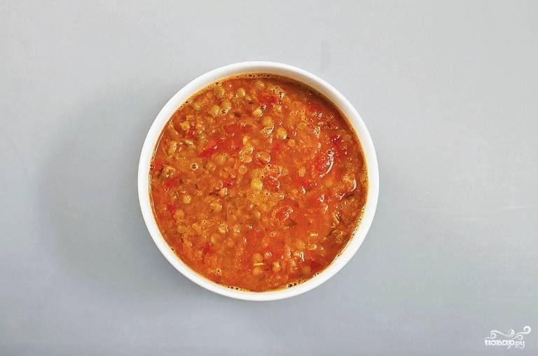 Снова доведите воду до кипения и продолжайте варить суп на медленном огне около 7 минут. По вкусу в суп можно выдавить столовую ложку лимонного сока. Подавайте готовое блюдо горячим.