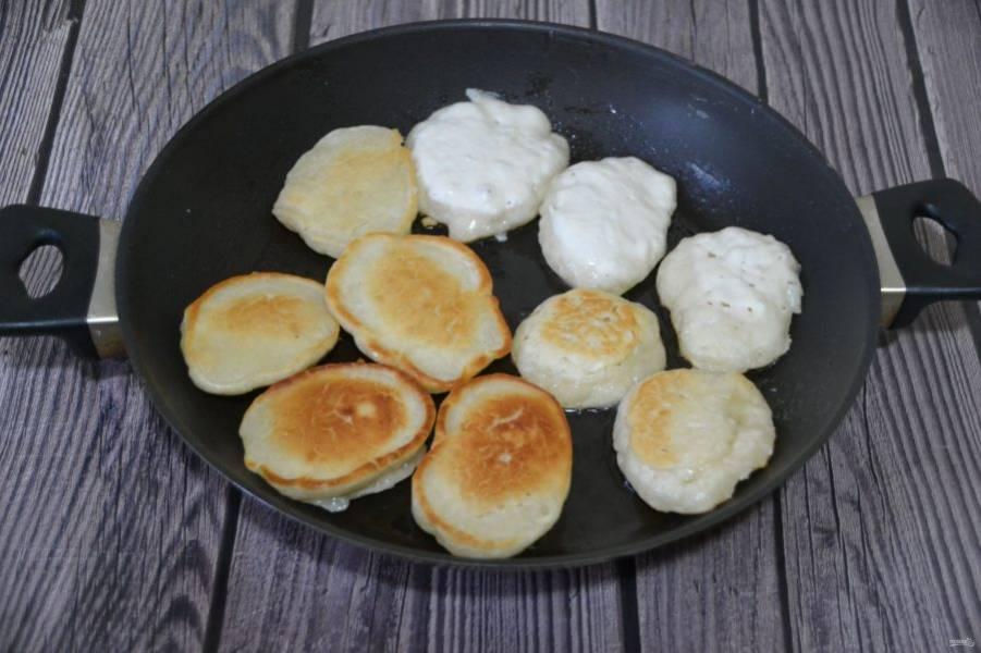 Разогрейте сковороду, влейте растительное масло, жарьте оладьи с двух сторон до готовности.