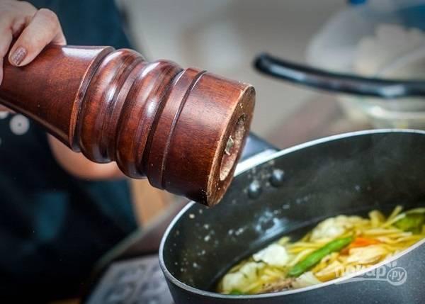 6. Посолите, добавьте по вкусу специи, зелень. Через минуту снимите с огня и подавайте готовый овощной суп с лапшой к столу. Приятного аппетита!