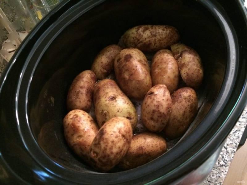 5.Картофель хорошенько мою с мочалкой, поскольку готовлю его с кожурой. Не разрезаю его, а целиком кладу на куриные грудки.