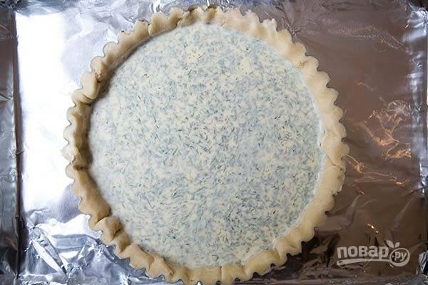 7.Обжарьте в сковороде с оливковым маслом измельченный шалот до прозрачности и удалите со сковороды. Взбейте яйца и добавьте к ним козий сыр, влейте молоко, сливки, добавьте измельченный укроп, цедру, соль и перец, смешайте с шалотом, и все вместе перемешайте. Залейте рыбу в форме половиной приготовленной смеси, затем снова рыба и залейте оставшейся смесью.
