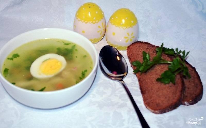 5.Готовый суп на бульоне подаем с очищенным и разрезанным на 2 части яйцом. Приятного аппетита!