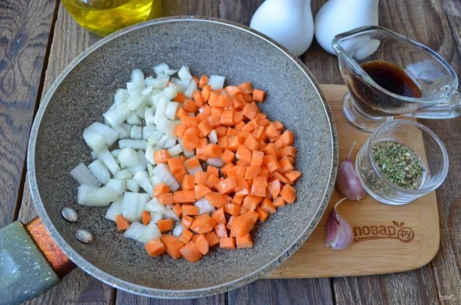 Очистите лук и морковь, порежьте их мелко кубиками и обжарьте на растительном масле до готовности.