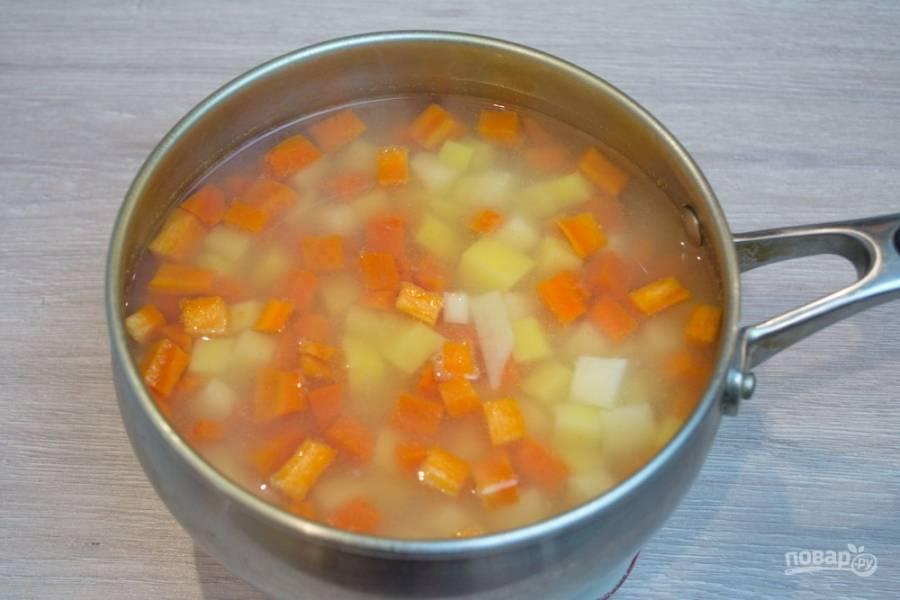 Дайте повариться 3 минуты (после закипания), после чего добавьте в кастрюлю 1,5 ст. ложки уксуса (у меня винный, но можно взять и столовый). Уксус не даст картофелю и моркови превратиться в пюре.