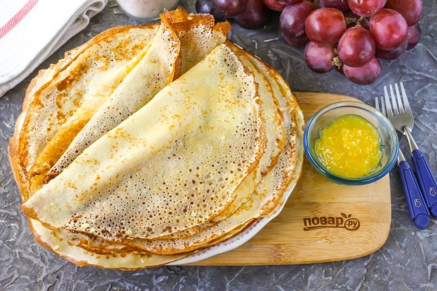 Таким же образом приготовьте и остальные блины, вливая тесто на раскаленную сковороду. Выложите их на тарелку и подайте к столу с медом. Заворачивать начинку в такую выпечку не нужно — она просочится через дырочки.