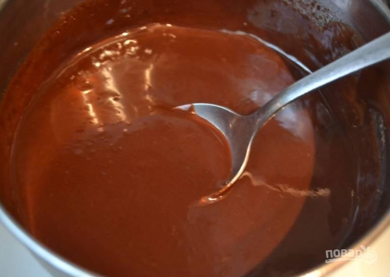 Приготовим глазурь. На медленном огне в сотейнике топим шоколад с молоком, маслом и сгущенкой. Перемешиваем до однородности.
