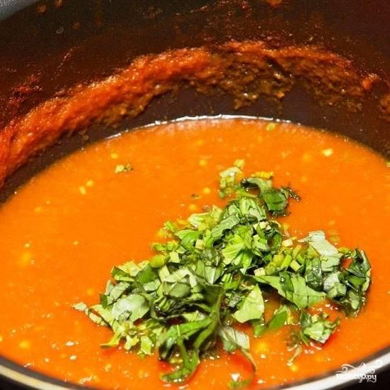 За пару минут до готовности соуса добавляем в него мелко нарубленный базилик.