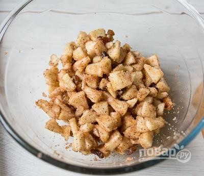 3. Для начинки очистите яблоки и нарежьте мелким кубиком. Добавьте немного сахара по вкусу, корицу и изюм. Тщательно перемешайте.