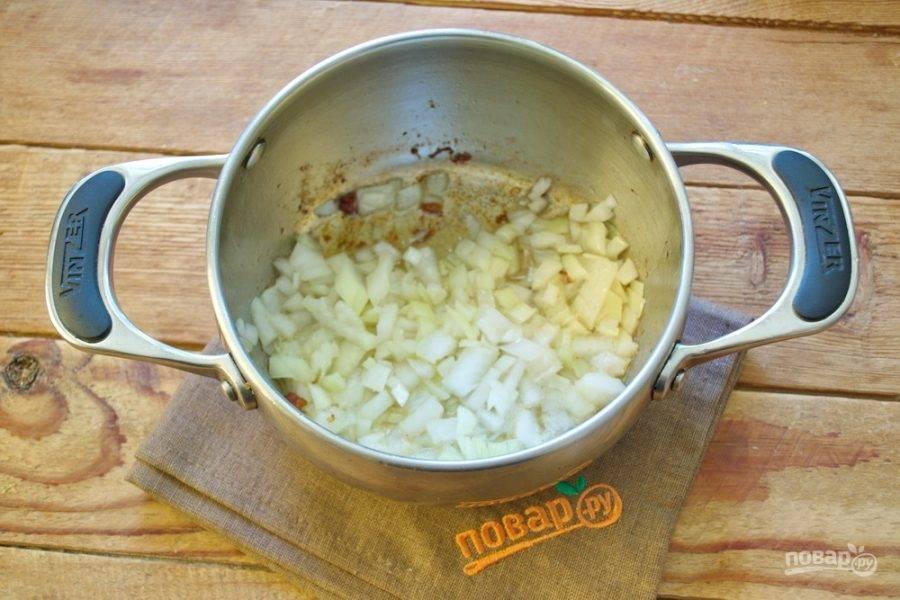 Отложите бекон в отдельную миску. На том жире, что остался, обжарьте нарезанный репчатый лук.