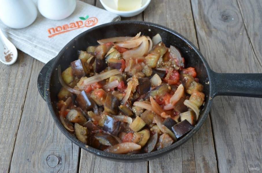За это время овощи станут мягкими, помидоры пустят сок.