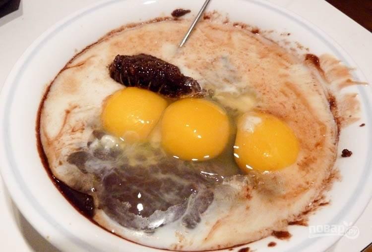 7.Когда шоколадная смесь немного остыла, введите куриные яйца и желтки, а также молоко и ванильную эссенцию.