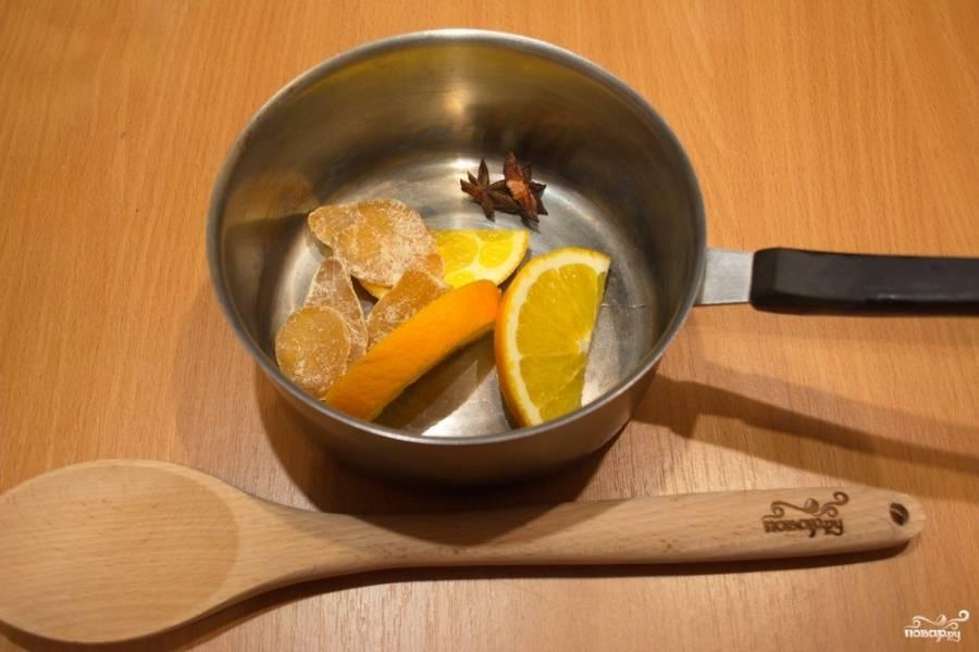 В кастрюлю поместите бадьян, дольки нарезанного апельсина и имбирные цукаты.