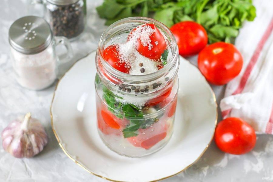 В банку с пропаренными томатами всыпьте сахарный песок, горошины черного перца.