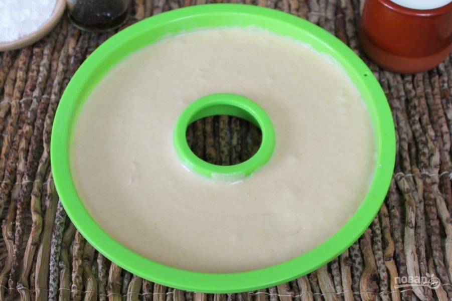 Тесто перекладываем в форму для кекса и отправляем в разогретую духовку. Выпекаем при температуре 180-190 градусов около 30 минут.