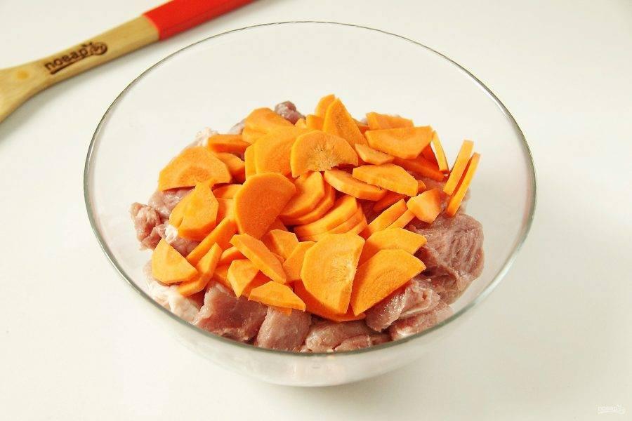 Добавьте нарезанную крупно морковь.