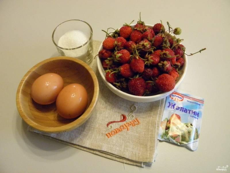 Приготовьте продукты для самбука. Клубнику переберите, используйте только здоровые и спелые ягоды. Промойте и оборвите хвостики, дайте стечь лишней влаге.