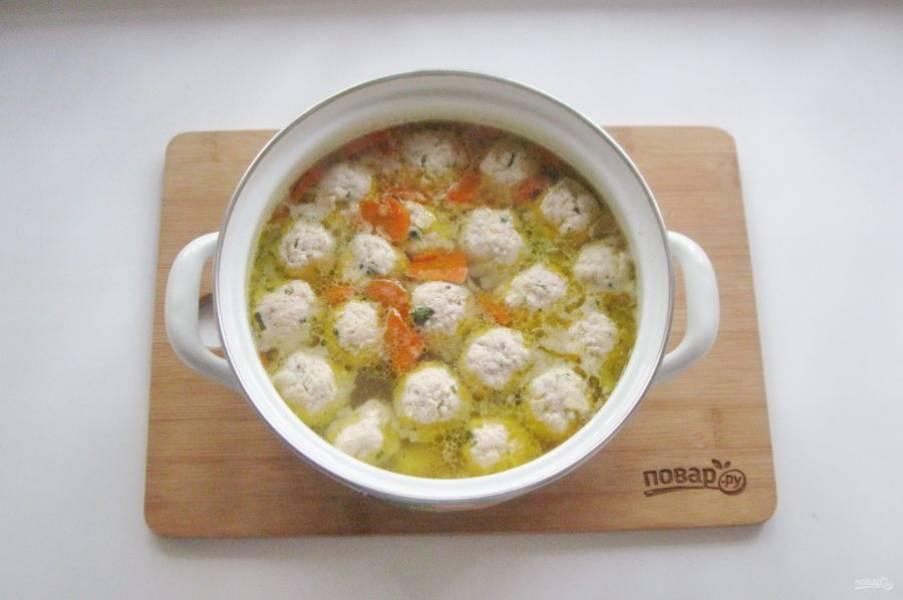 Варите суп до готовности всех ингредиентов.