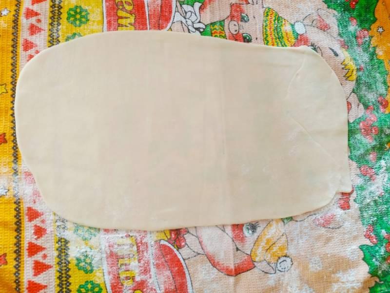 Когда тесто отдохнет, можно приступать к самому интересному, будем заворачивать штрудель. Тесто раскатайте тонким пластом на полотенце посыпанное мукой.