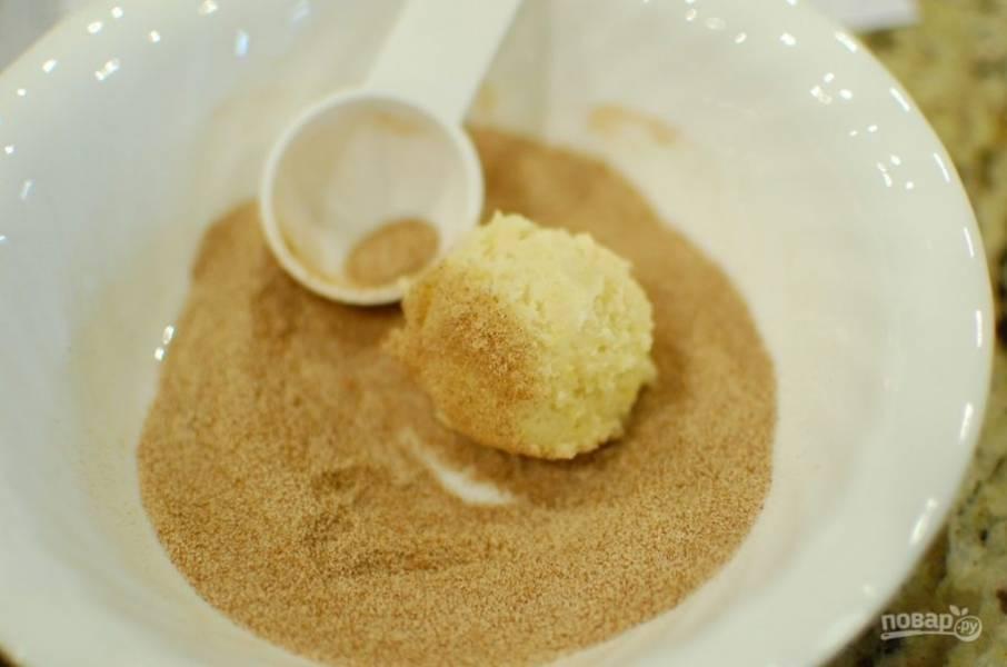 5.Отщипните небольшой кусочек теста, скатайте из него шарик и обваляйте его в сахаре с корицей.